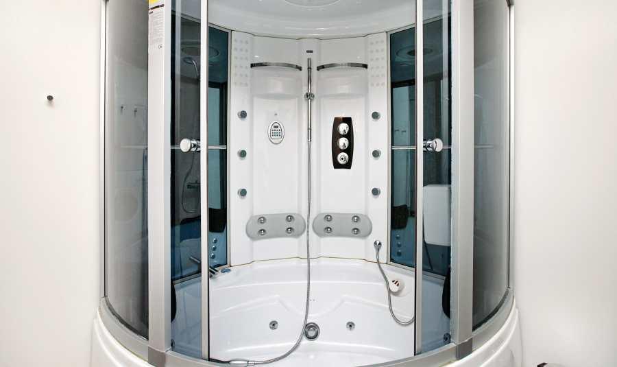 Dusche mit Whirlpool.