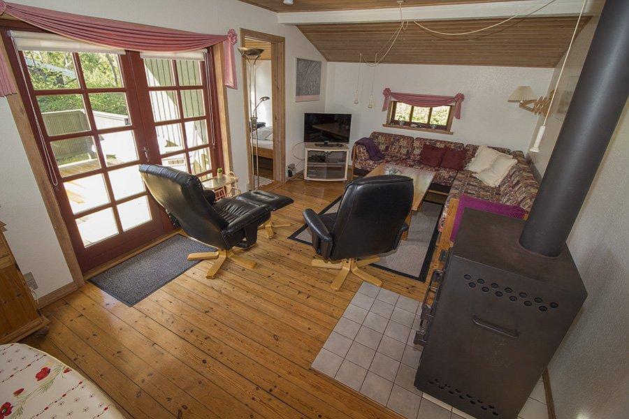 Das gemütliche Wohnzimmer mit Kaminofen und deutschem TV