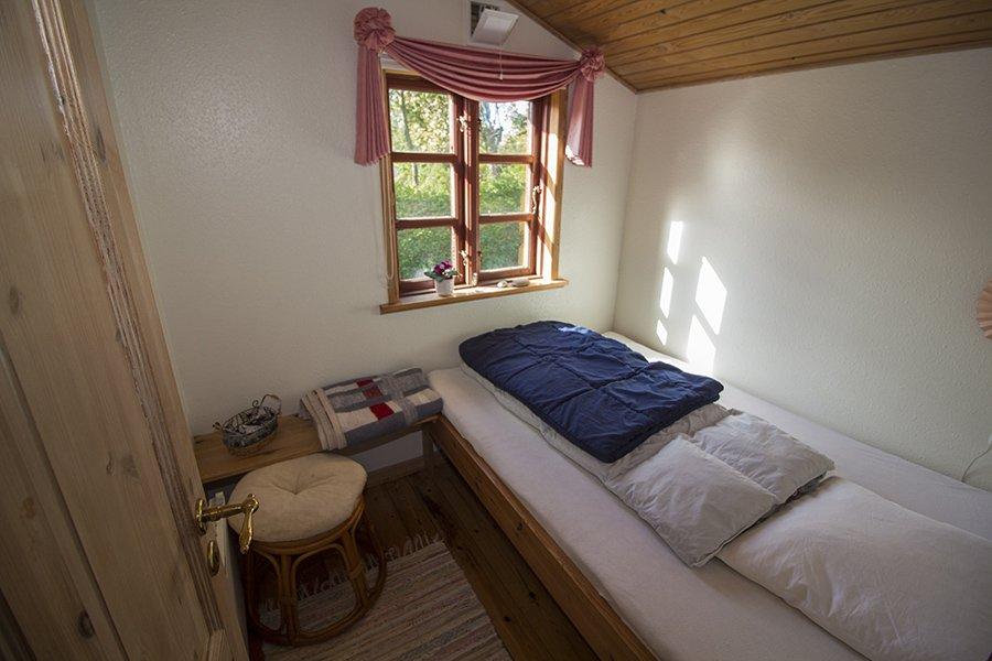 Eines der Schlafzimmer mit einem Einzelbett.