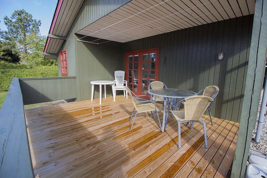 Die Terrasse mit Gartenmöbeln.