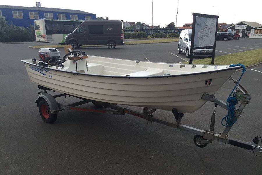 Angelboot 15 Fuß/15 PS auf Trailer.