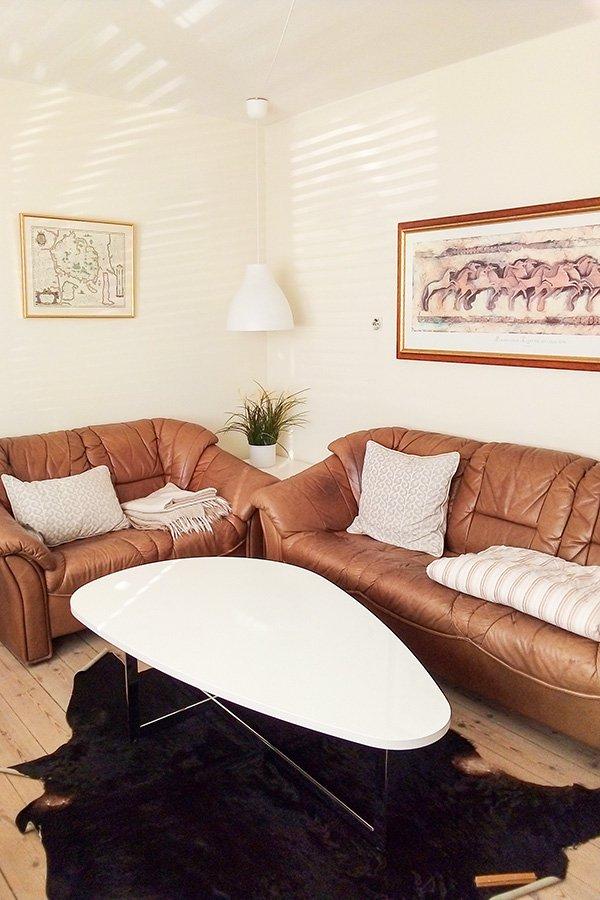 Das gemütliche Wohnzimmer mit Couchgarnitur.