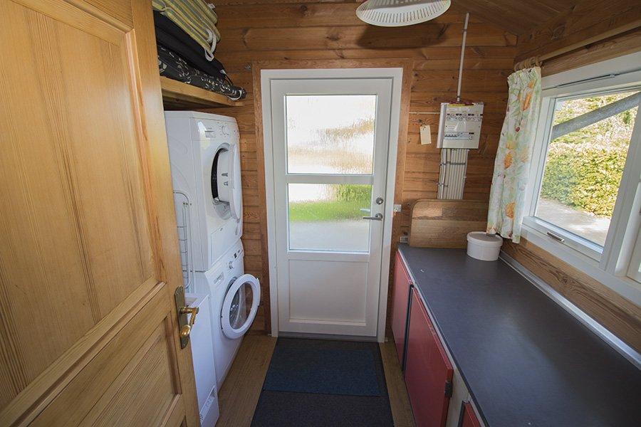 Abstellraum mit Waschmaschine und Trockner.