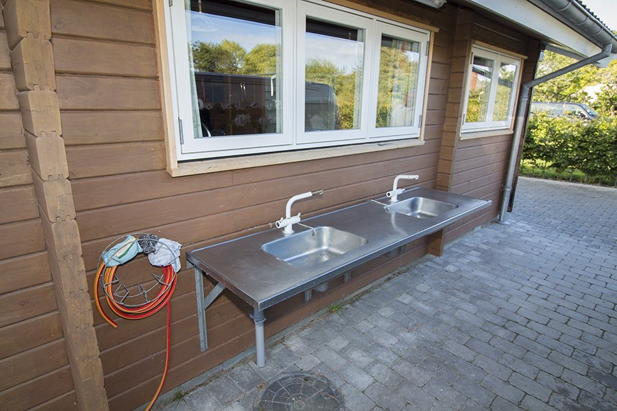 Der Filetierplatz direkt am Haus mit fließendem Wasser.