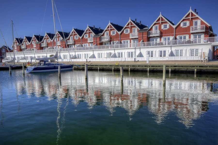Schicke Seehäuser direkt am Hafen.