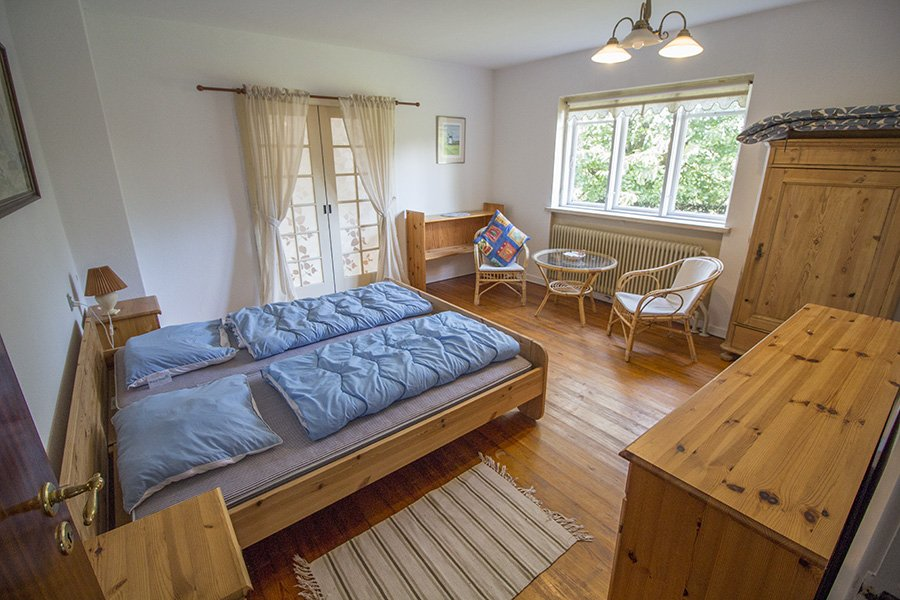 Eines der Schlafzimmer mit Doppelbett.