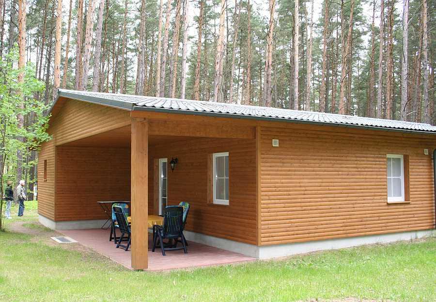 Bei den Ferienhäusern handelt es sich um schicke Blockhütten