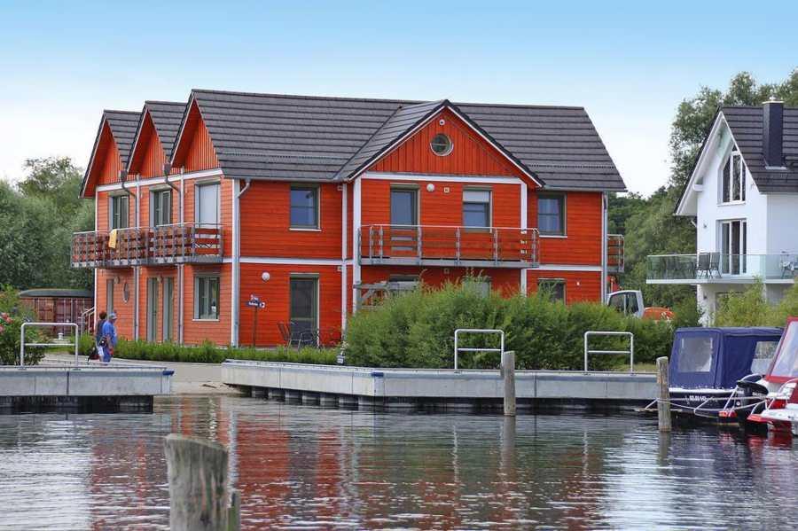 Viel näher am Wasser geht es nicht - die Apartmentanlage in Plau am See