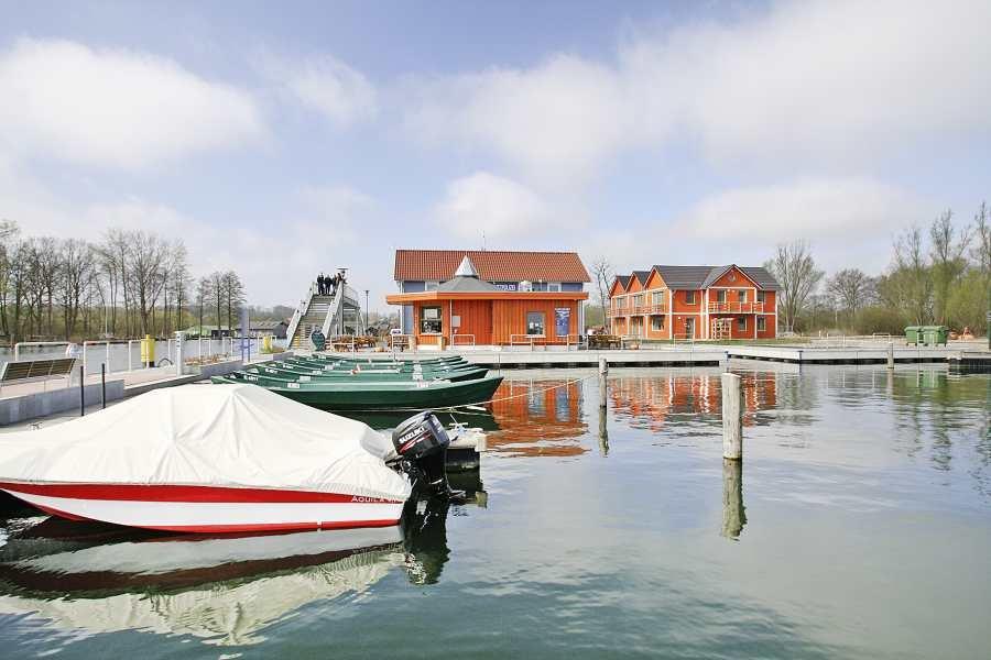 Vorne: Familienboot. Hinten (grün) Angelboot