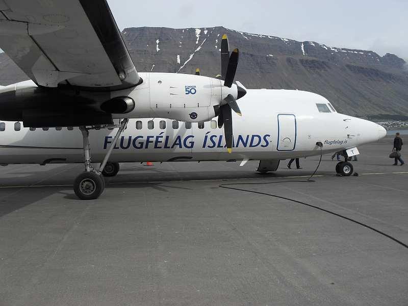 Mit der gecharterten Fokker 50 geht es per Inlandsflug in die Westfjorde.