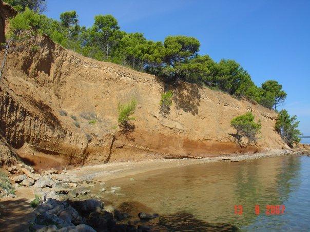 Einsame Buchten, wie diese auf der vorgelagerten Insel Vrgada, laden zum Baden ein.