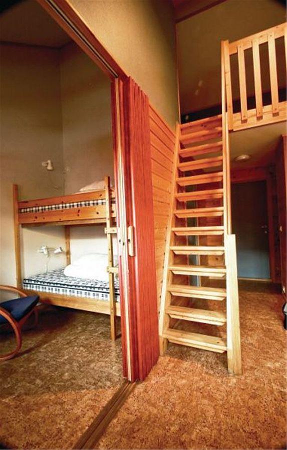 Blick in eins der Schlafzimmer und die Treppe in das Obergeschoß in dem sich das zweite Schlafzimmer befindet.