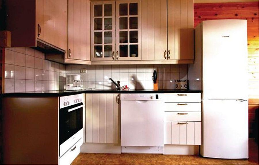 Gut ausgestattete Küche in einer der Ferienwohungen in Ankeret Brygge.