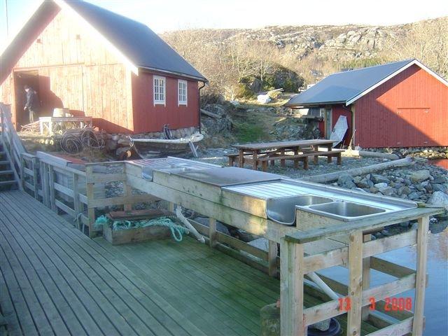Der Außenfiletierplatz liegt direkt am Bootssteg.