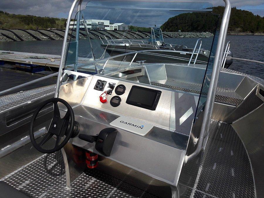 Das Cockpit eines der 20 Fuß/100 PS-Boote