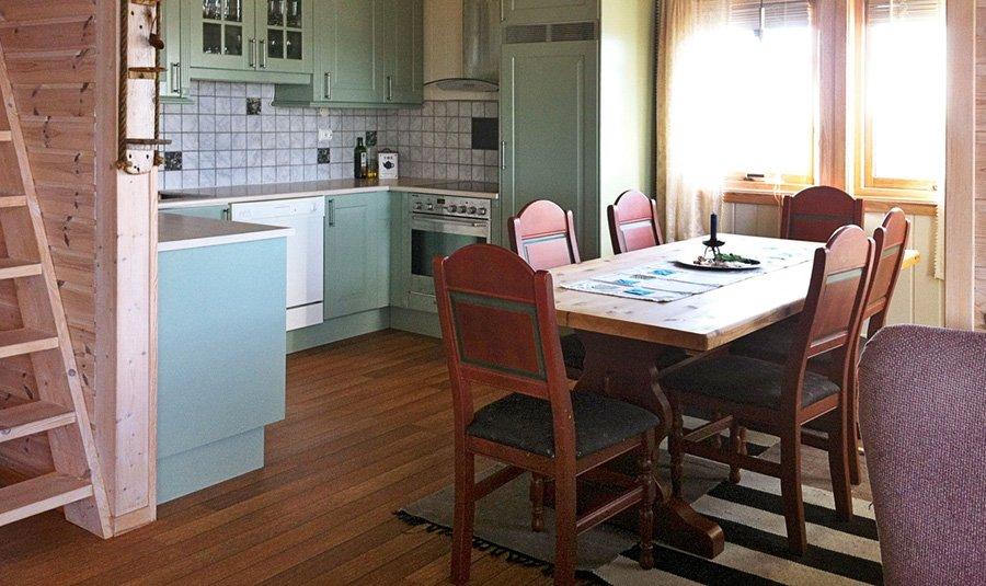 Die kompakte Küche des Ferienhauses.