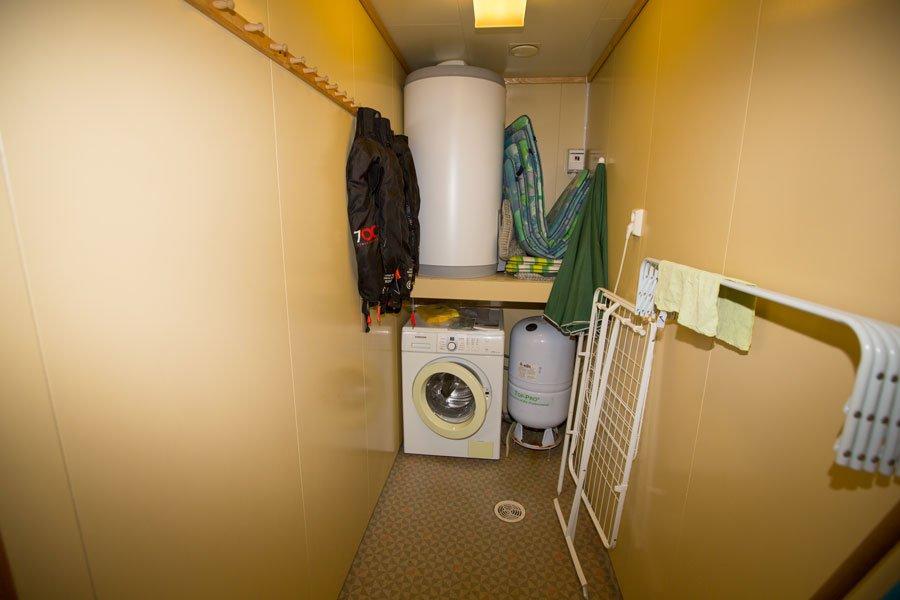 Der Trockenraum mit Waschmaschine.