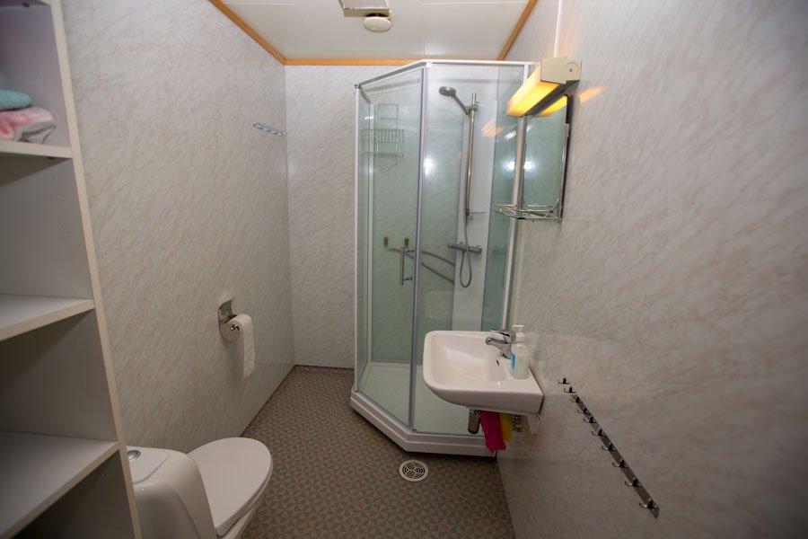 Das Bad mit Fußbodernheizung, neuer Dusche und WC.