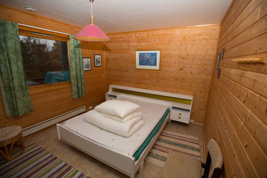 Eines der drei Schlafzimmer mit Doppelbett.