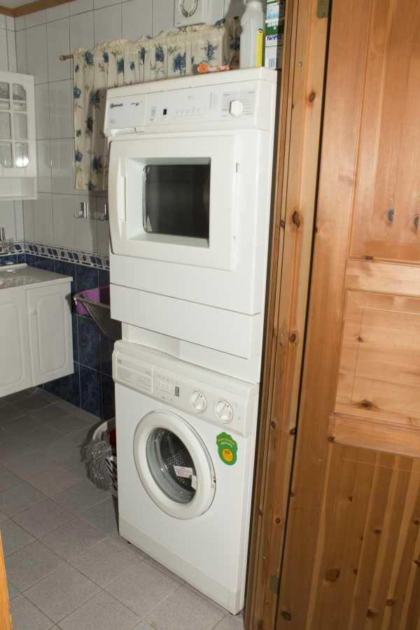 Waschmaschine und Trockner im Bad