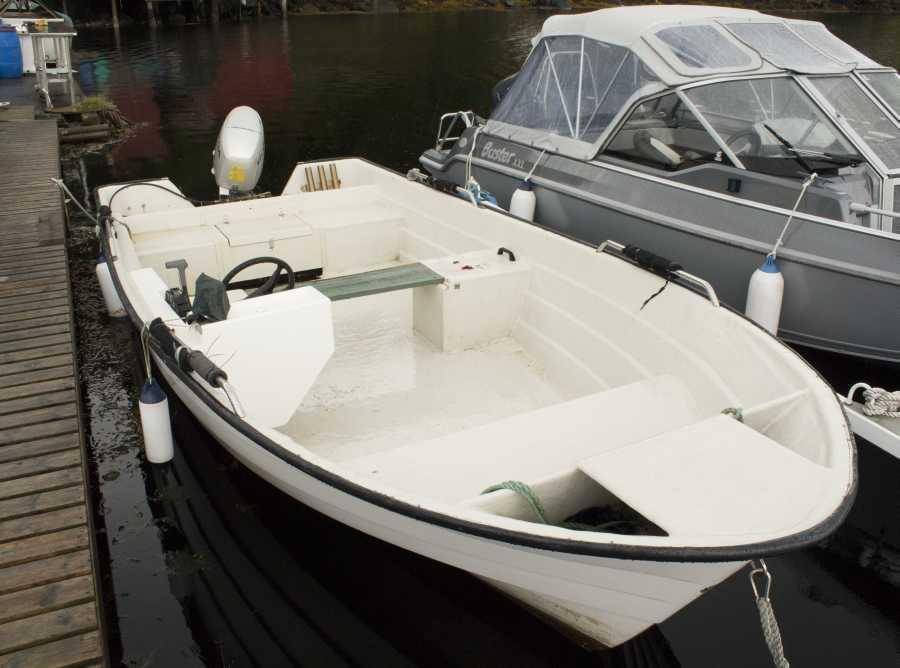 Das inkludierte Boot mit Viertaktmotor, E-Starter, Steuerstand und Echolot