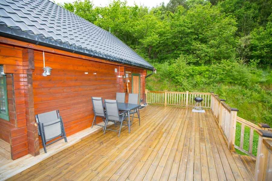 Eine der neuen Holzterrassen mit neuen Gartenmöbeln und Grill