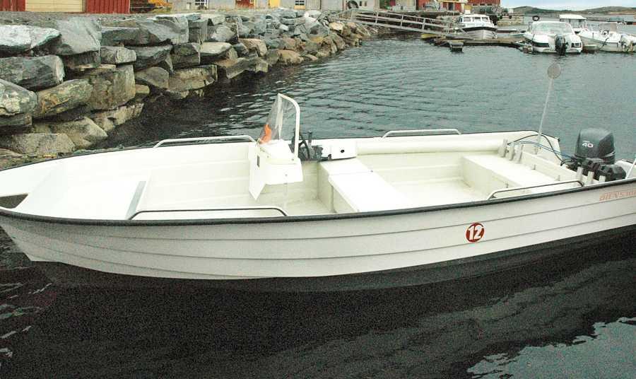 Angelboot mit Echolot und GPS/Kartenplotter.