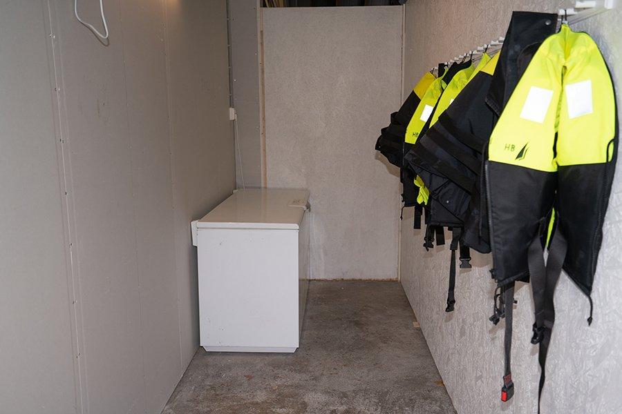 Zu den Apartments gehört jeweils ein Raum für die Angelbekleidung in dem auch die Gefriertruhe steht.