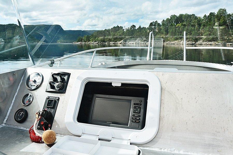 Das Cockpit des Alubootes.