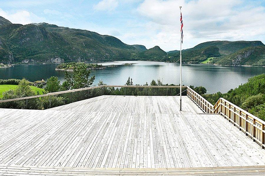 Die Holzterrasse mit Fjordblick.