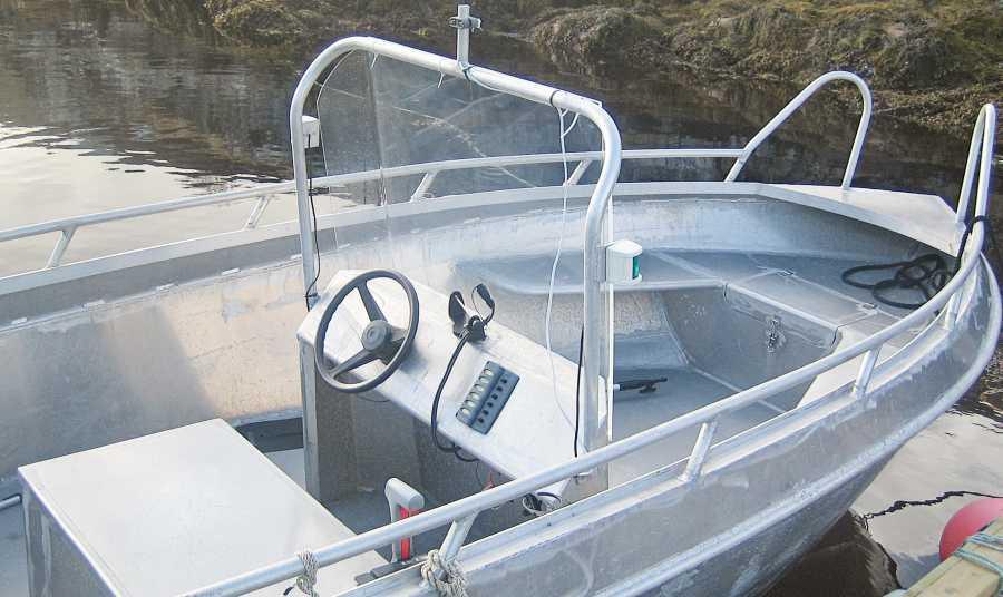 Eines der Boote mit Steuerstand