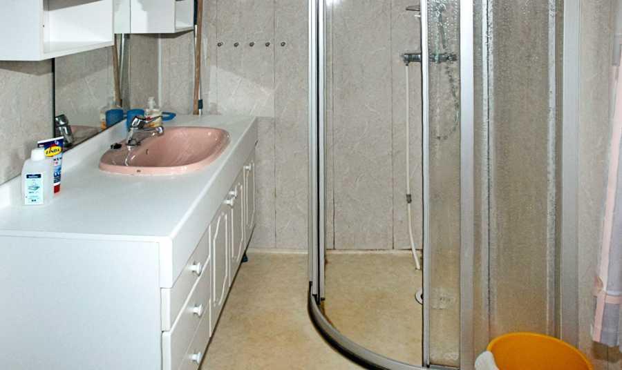 Das Bad mit Fußbodenheizung und Dusche