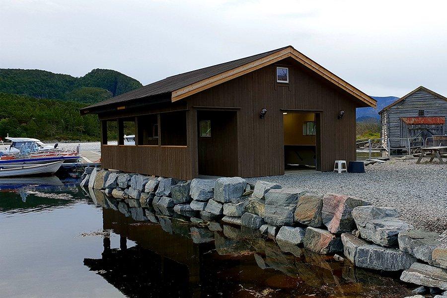 Das beleuchtete und mit fließend Wasser ausgestattet Filetierhaus.