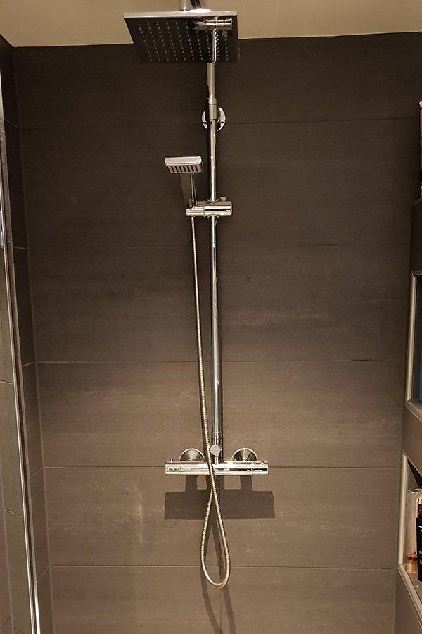 Die moderne Dusche mit großer Brause in einem der Bäder.