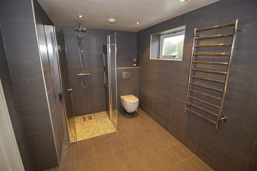 Eines der großen, modernen Badezimmer
