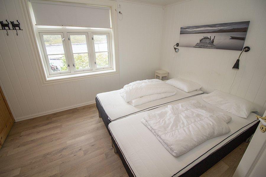 Eines der Schlafzimmer mit Doppelbett und großem Kleiderschrank