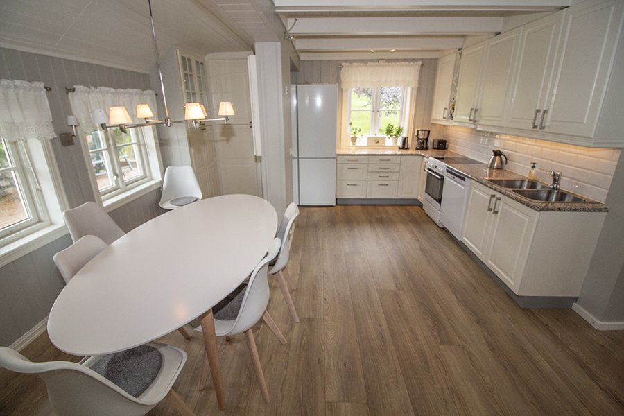 Der Essplatz in der offenen Küche wird auf  10 Plätze erweitert.
