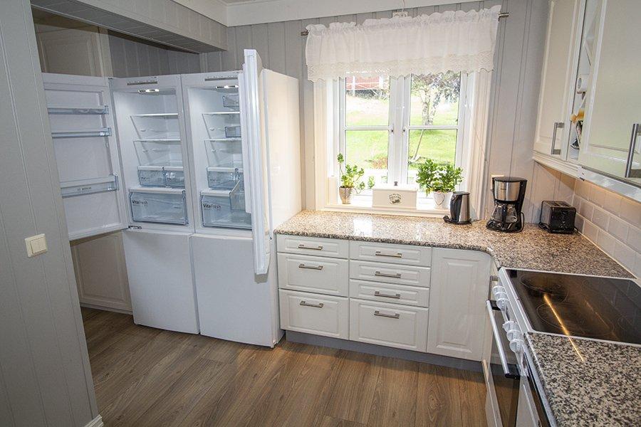 Die offene Küche mit zwei Kühl- Gefrierkombinationen