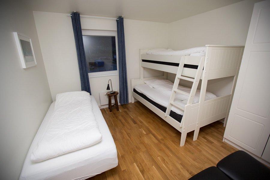 Ap. Sklinna - Schlafzimmer mit Familien- und Einzelbetten.