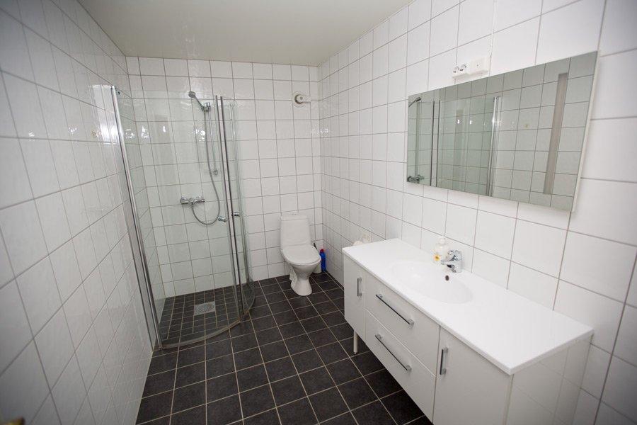 Ap. Sklinna - Bad mit Fußbodenheizung, Dusche und WC.
