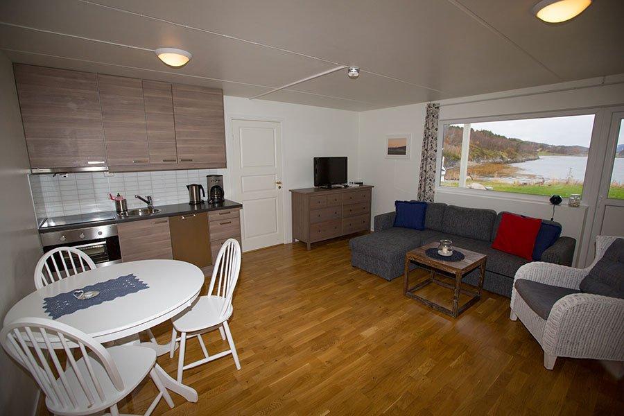 Ap. 2 - Wohnzimmer mit offener voll ausgestatteter Küche und Essecke.