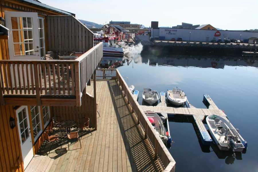 Blick auf die Boote von Rørvik Rorbuer und den Supermarkt