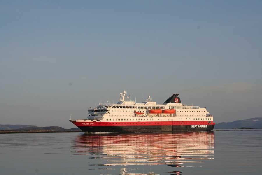 Häufiger Besuch beim Angeln – die Hurtigruten-Schiffe