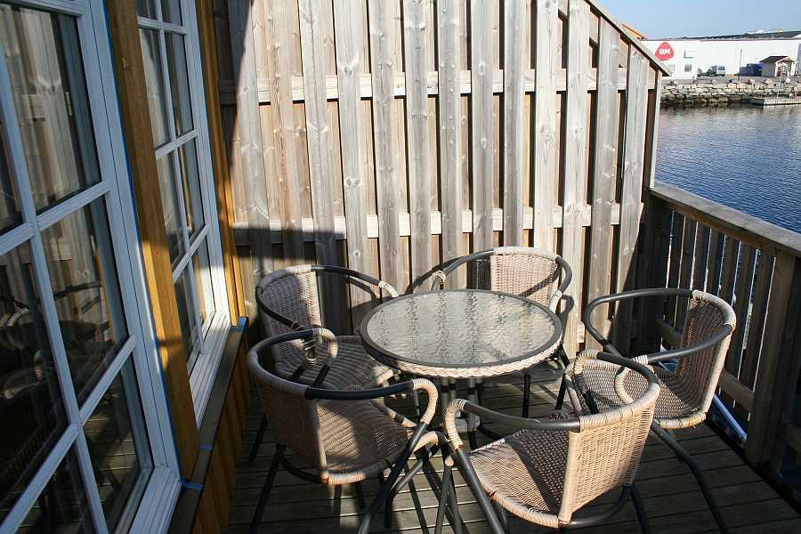 Die Balkone und Terrassen von Rørvik Rorbuer sind möbliert