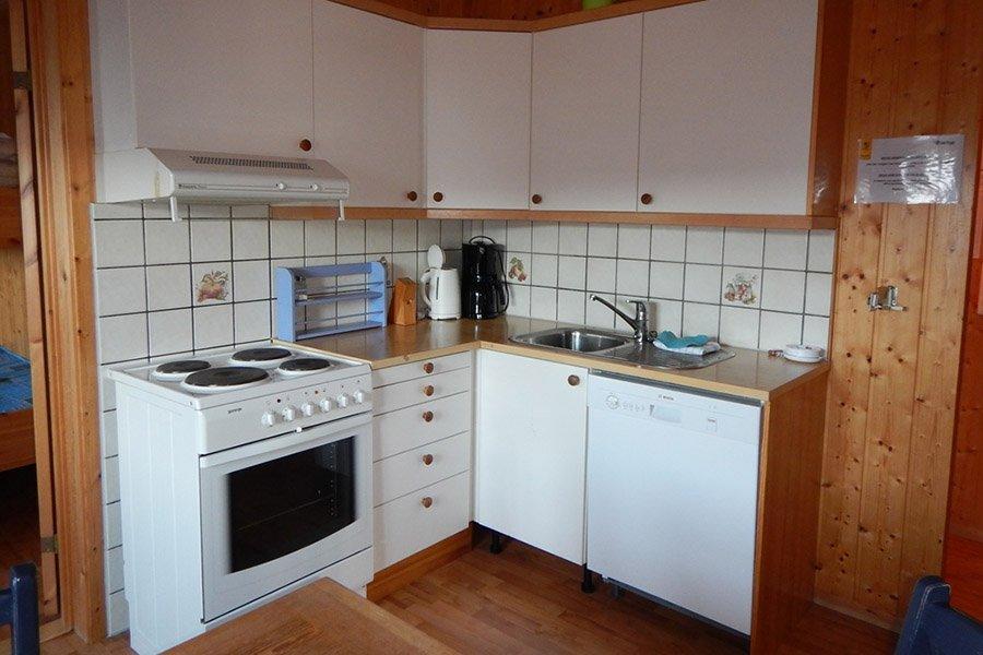 Eine der Küchen mit Geschirrspüler