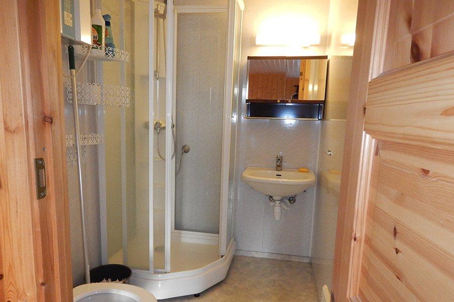 Eines der Badezimmer mit Dusche, WC und Waschbecken.