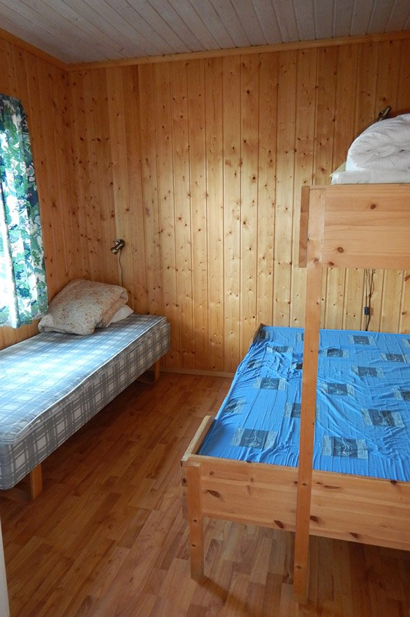 Eines der Schlafzimmer mit einem Einzelbett und einem Familienbett