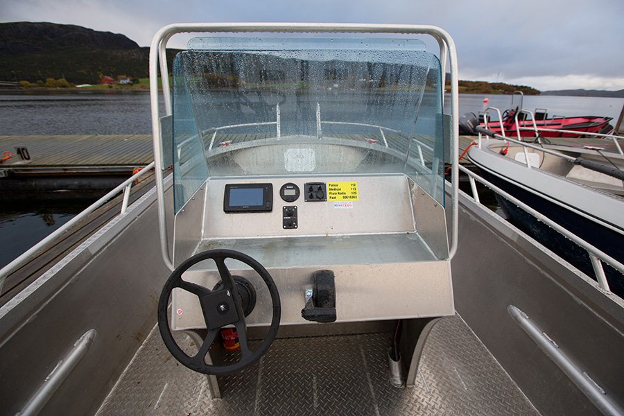 Das Cockpit eines der toll ausgestatteten Aluboote.