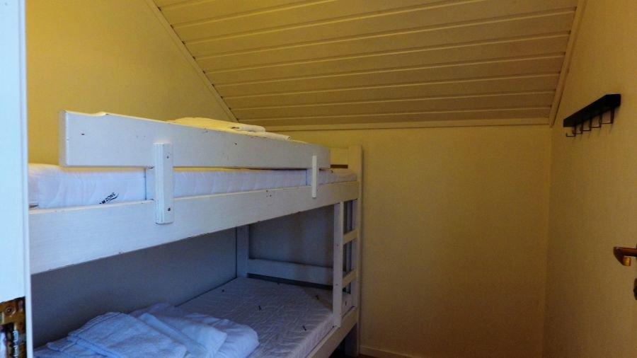 Eines der beiden Schlafzimmer mit Doppelstockbett in Apartment Rundholmen.