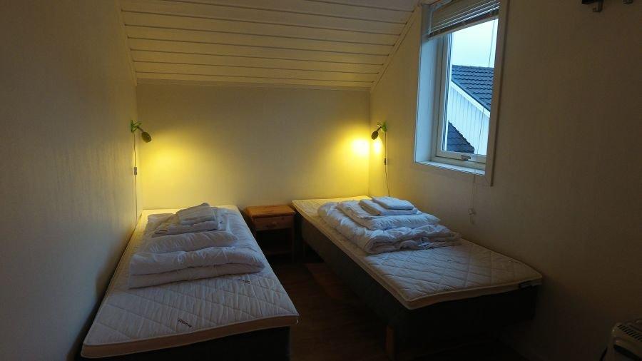 Eines der beiden Schlafzimmer im Apartment Storholmen.